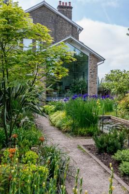wpid10317-Field-House-Garden-in-May-GFIE007-nicola-stocken.jpg