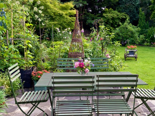 wpid11948-The-Crest-Garden-in-June-GTHC007-nicola-stocken.jpg