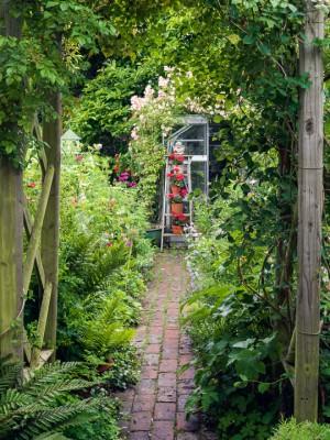 wpid11954-The-Crest-Garden-in-June-GTHC010-nicola-stocken.jpg