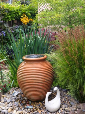 wpid13215-Water-Features-for-Gardens-GBUW020-nicola-stocken.jpg