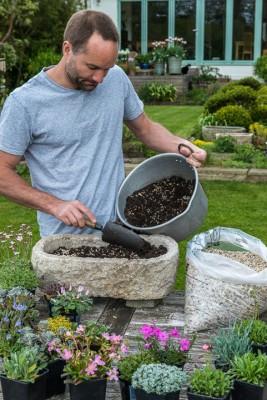 wpid15523-Planting-an-Alpine-Trough-in-May-QTRO010-nicola-stocken.jpg