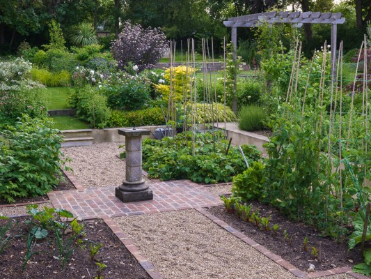 wpid15827-A-Town-Garden-in-June-GBUD016-nicola-stocken.jpg