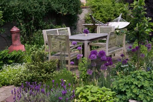 wpid18355-Family-Garden-in-May-GHST031-nicola-stocken.jpg