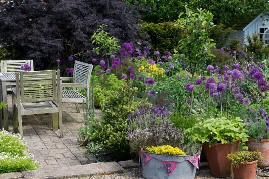 wpid18359-Family-Garden-in-May-GHST034-nicola-stocken.jpg