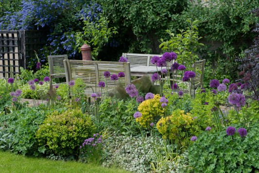 wpid18361-Family-Garden-in-May-GHST035-nicola-stocken.jpg