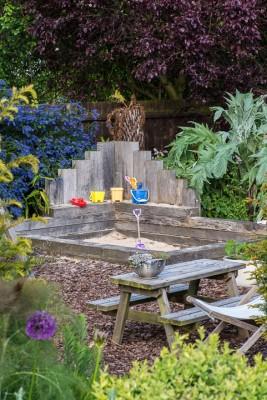 wpid18375-Family-Garden-in-May-GHST050-nicola-stocken.jpg