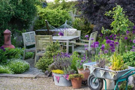wpid18397-Family-Garden-in-May-GHST072-nicola-stocken.jpg