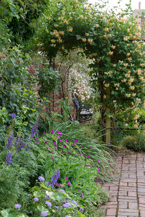 Village garden in june - Practical tips for gardening in june ...