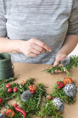 Christmas-Wreath-Step-by-Step-QCTW012-nicola-stocken.jpg