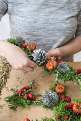 Christmas-Wreath-Step-by-Step-QCTW019-nicola-stocken.jpg