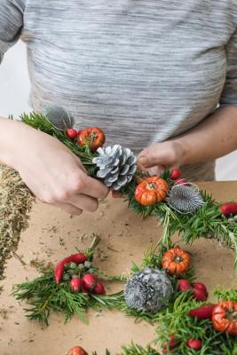 Christmas-Wreath-Step-by-Step-QCTW019-nicola-stocken.jpg