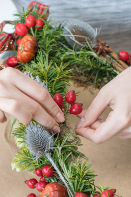 Christmas-Wreath-Step-by-Step-QCTW020-nicola-stocken.jpg