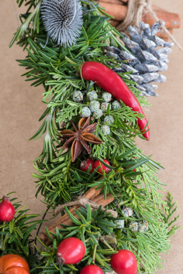 Christmas-Wreath-Step-by-Step-QCTW029-nicola-stocken.jpg