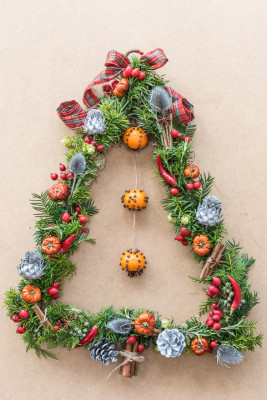 Christmas-Wreath-Step-by-Step-QCTW040-nicola-stocken.jpg