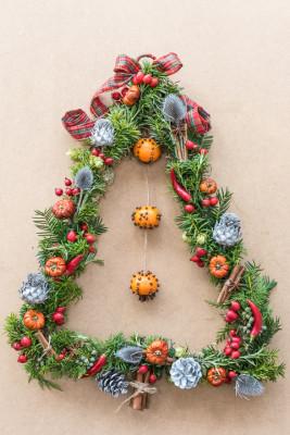 Christmas-Wreath-Step-by-Step-QCTW040-nicola-stocken.jpg