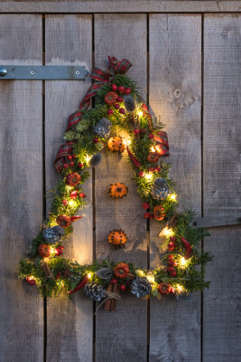 Christmas-Wreath-Step-by-Step-QCTW044-nicola-stocken.jpg