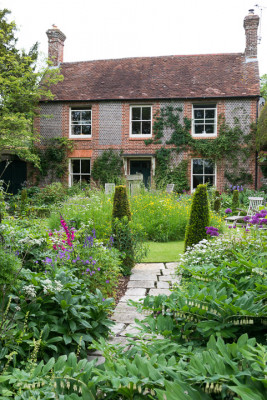 Gardeners-Cottage-in-June-GJIM005-nicola-stocken.jpg