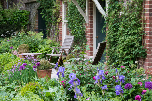 Gardeners-Cottage-in-June-GJIM008-nicola-stocken.jpg