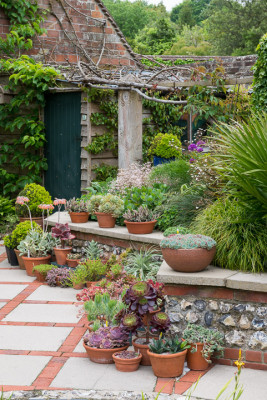 Gardeners-Cottage-in-June-GJIM035-nicola-stocken.jpg